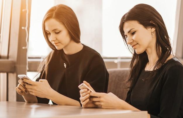 Employés de l'entreprise avec des smartphones sur le lieu de travail en th