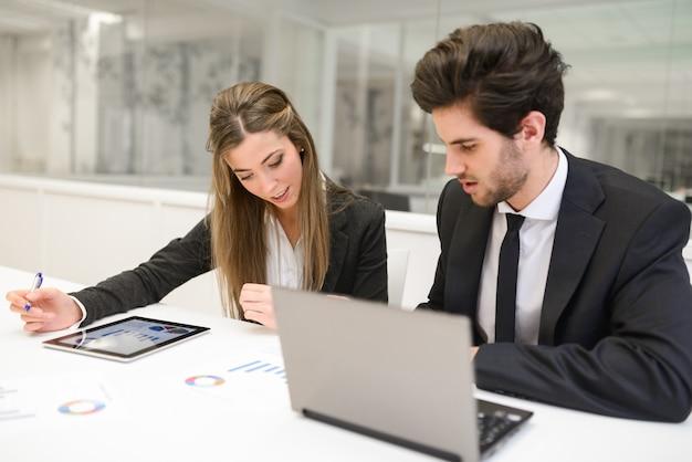 Les employés examinent le rapport financier