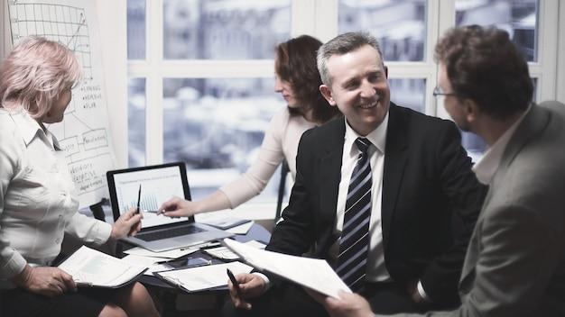 Employés expérimentés discutant des problèmes au bureau.le concept de travail d'équipe