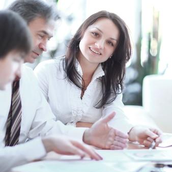 Employés de gros plan travaillant avec des documents dans le travail d'équipe de bureau
