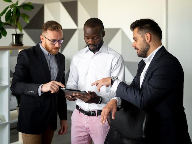 Employés interraciaux en plan moyen