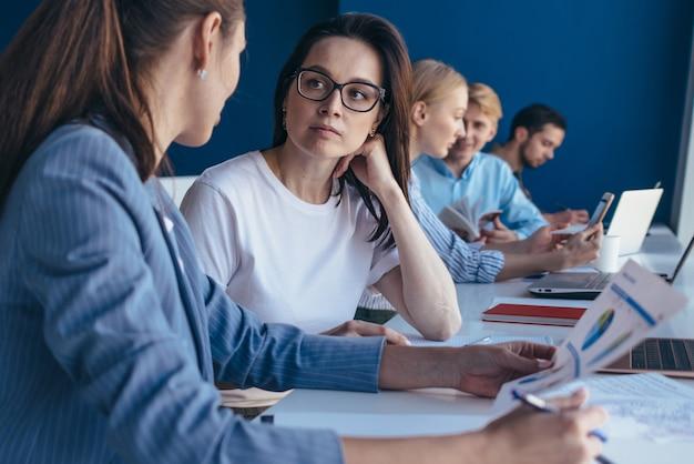 Les employés ont une conversation d'affaires, la femme écoute attentivement