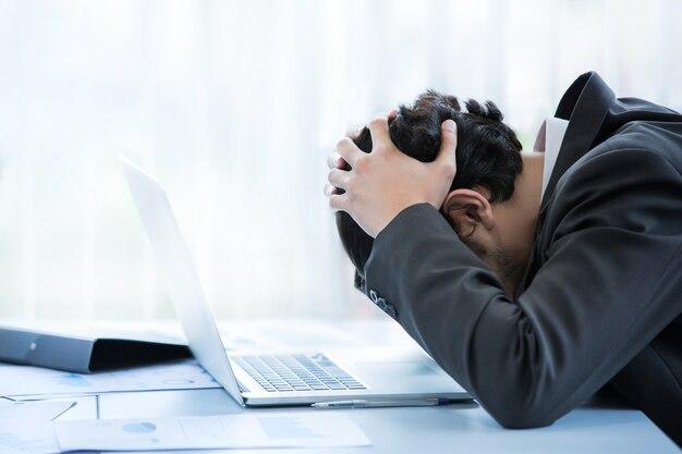 Employés de penser et de ne pas travailler avec le stress faire semblant de mettre la main à la tête