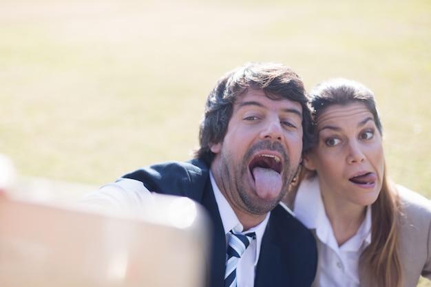 Les employés qui prennent une photo avec la langue dehors
