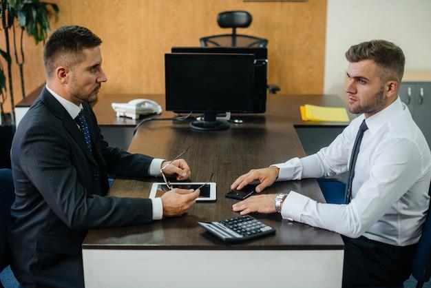 Les employés qui réussissent au bureau discutent de nouveaux projets. affaires, finance