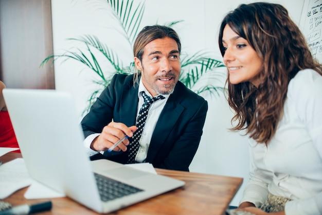 Les employés qui travaillent avec un ordinateur portable