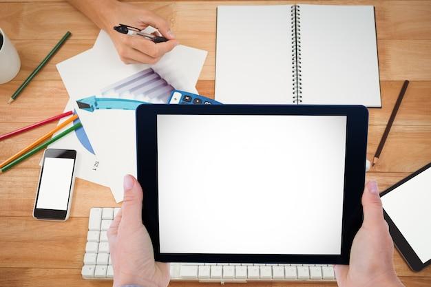 Les employés qui travaillent avec une tablette et un ordinateur portable