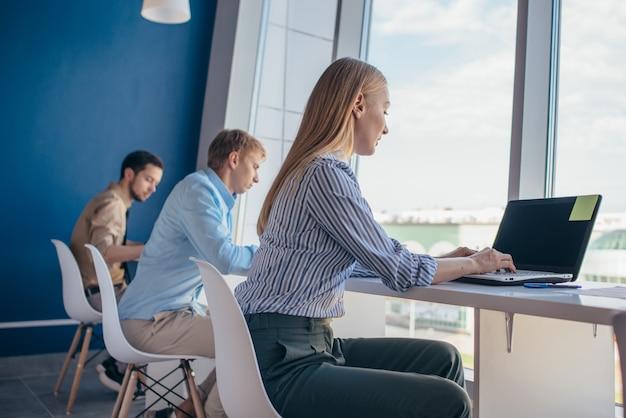 Les employés s'assoient à un bureau et travaillent