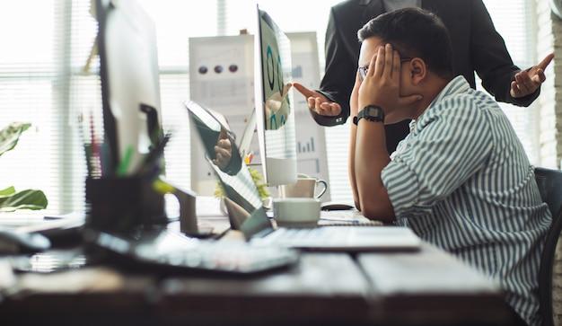 Employés stressés après avoir travaillé non ciblé et il était la faute du patron