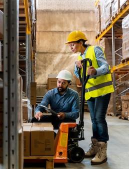 Employés de travail d'équipe dans l'entrepôt