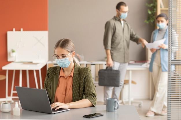 Employés travaillant ensemble au bureau