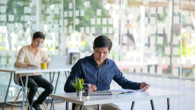 Les employés travaillent sur le lieu de travail distance sociale.