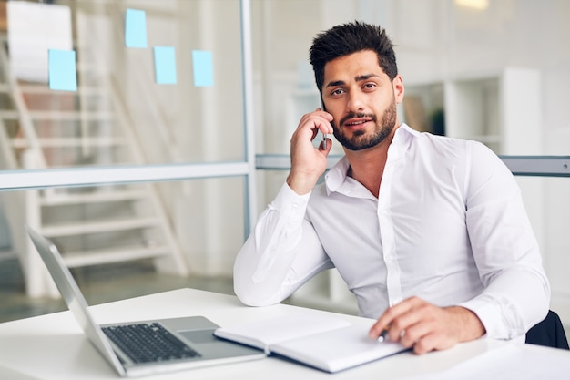 Employeur au téléphone