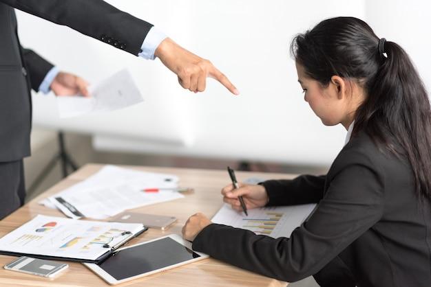 Employeur en colère s'exprimant farouchement au bureau