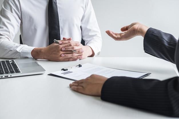 Employeur ou comité tenant la lecture d'un curriculum vitae en parlant de son profil de candidat, l'employeur en costume mène un entretien d'embauche, l'emploi des ressources du gestionnaire et le concept de recrutement.