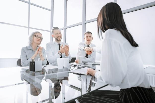 Les employeurs félicitent le candidat pour la réussite du casting. le concept pour le casting d'entreprise