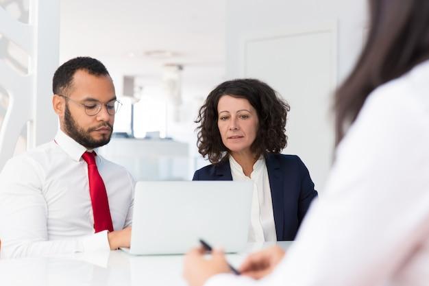 Employeurs interviewant un demandeur d'emploi