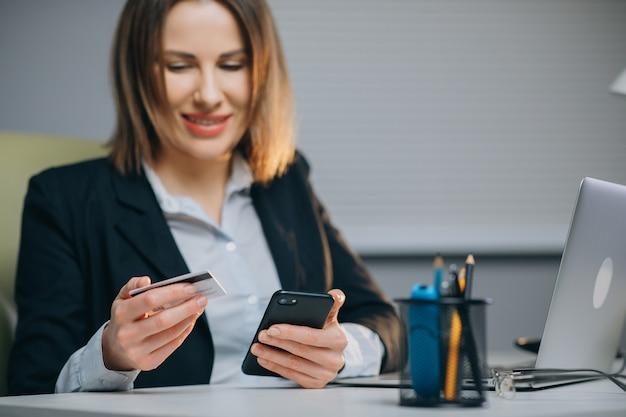 Employeuse professionnelle recevant de bonnes nouvelles excité heureux sourire joyeux.