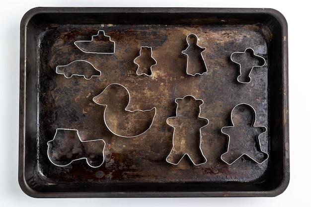 Emporte-pièces en métal sur la vieille plaque de métal rouillé isolé