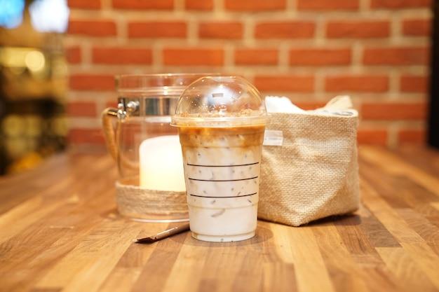 Emportez latte avec brick sur la table en bois