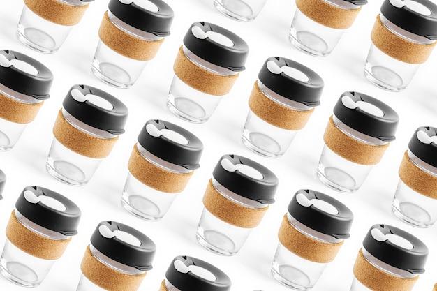 Emportez votre café à emporter avec une tasse de voyage réutilisable en verre et bande de liège. zero gaspillage. concept de mode de vie durable.