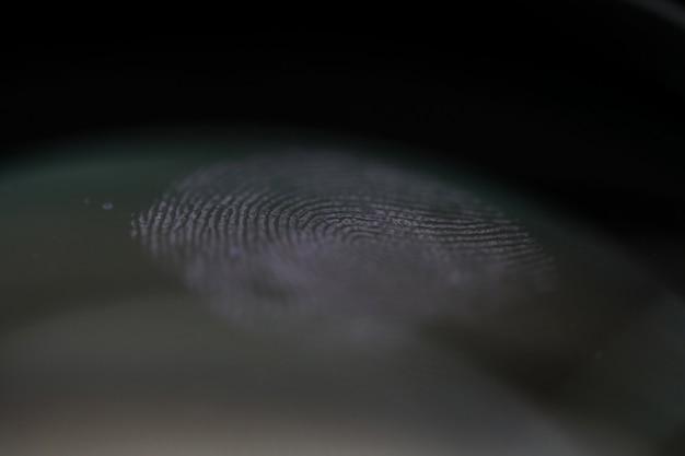 Empreinte digitale sur du verre transparent comme preuve de crime