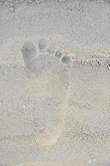 Empreinte humaine sur la plage de sable