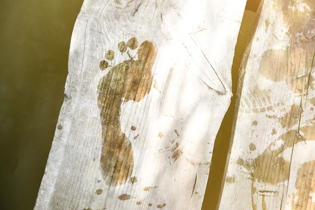 Empreinte humide sur pont en bois. photo rustique d'été.