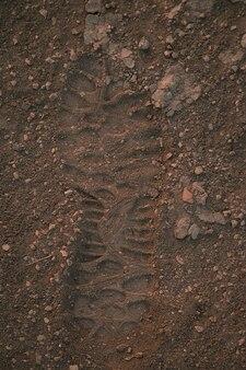Empreinte sur le sable, comme indice du crime. marque de pas sur un sol.