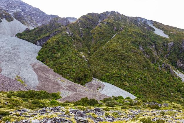 Empreintes de glaciers dans une vallée entre les lacs dans les alpes du sud trek entre hooker lakes et mller lake nouvelle-zélande