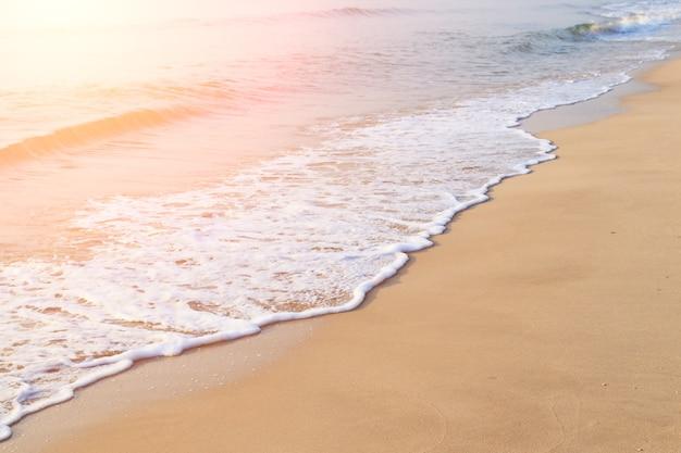 Empreintes de pas sur la belle plage de sable