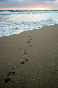 Empreintes de pas en bord de mer