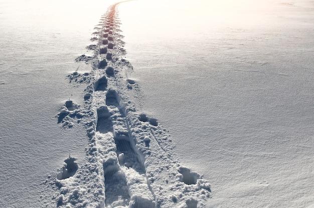 Empreintes de pas dans la neige sur la montagne