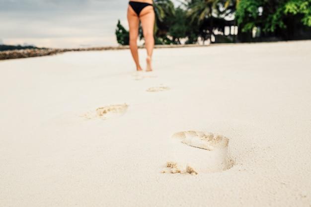 Empreintes de pas dans le sable sur une belle plage