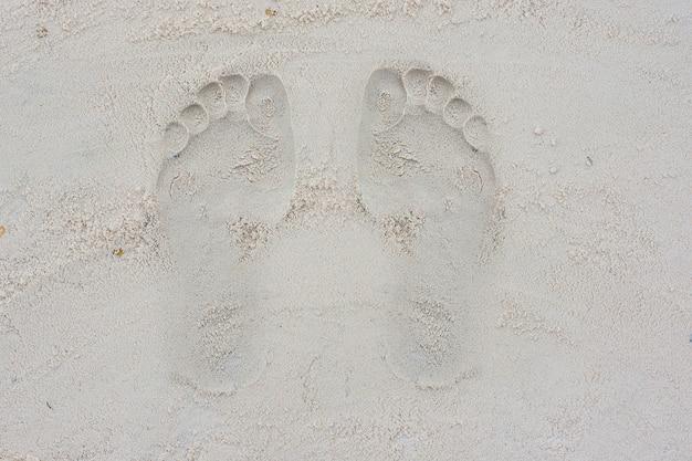 Empreintes de pas dans le sable dans la cour de récréation
