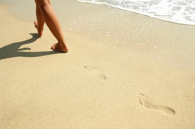 Empreintes de pas dans le sable sur la plage