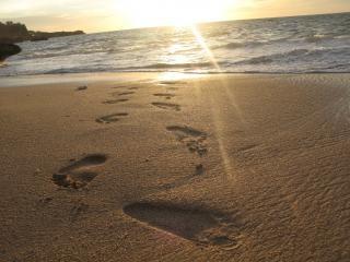 Empreintes de pas moins de sable côtières