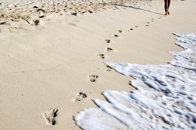 Empreintes de pas à la plage