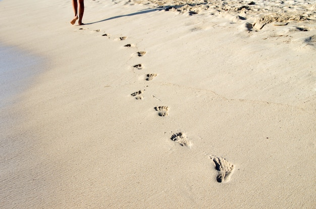Empreintes de pas sur la plage