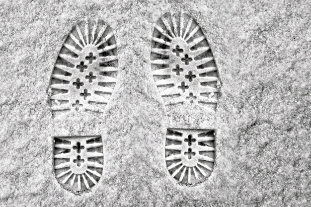Empreintes profondes claires sur la neige blanche d'hiver