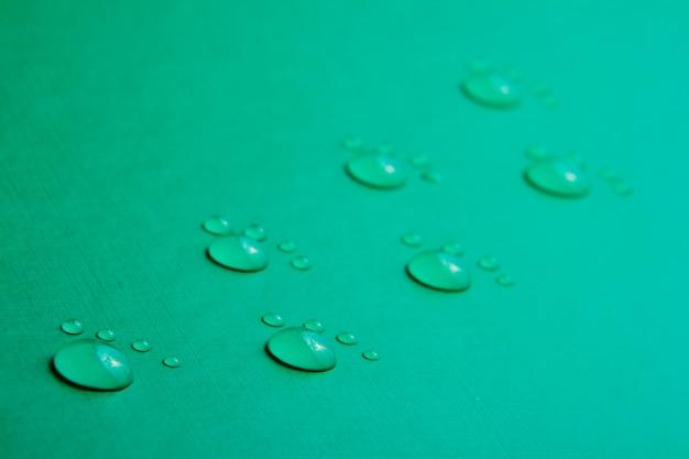 Empreintes réalisées sur la base de gouttes d'eau sur un fond vert