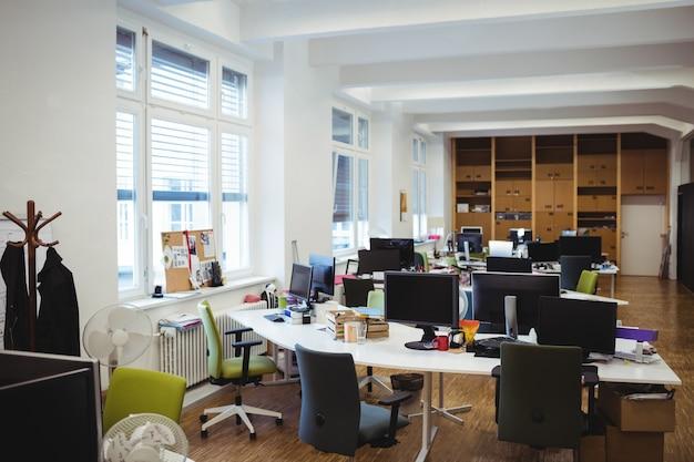 Empty travail de bureau avec table, chaise et ordinateur