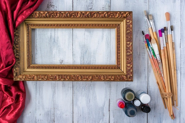 Encadrement avec des pinceaux et de la peinture