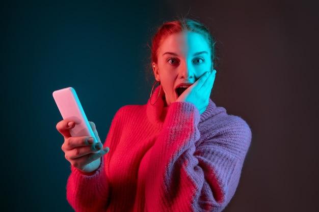 Encadrement portrait de femme de race blanche isolé sur fond de studio dégradé à la lumière du néon
