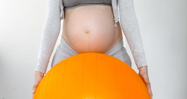 Enceinte femme tenant un ballon de fitness