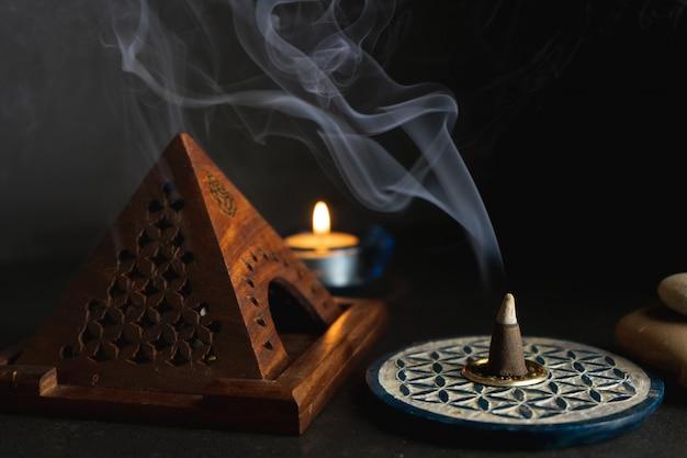 Encens aromatique brûlant sur un brûleur d'encens