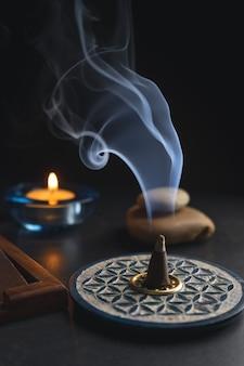 Encens brûlant dans un brûleur d'encens