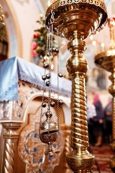 Encens d'église. encensoir accroché dans l'église. encens pendant la messe à l'autel