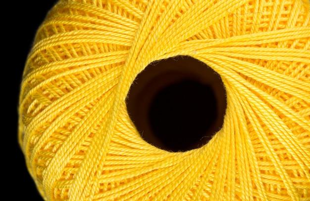 Enchevêtrement jaune de fil à tricoter. vue de dessus
