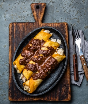 Enchiladas mexicaines traditionnelles au poulet avec sauce épicée au chocolat
